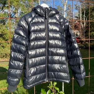 """Säljer nu denna jätte snygga vinterjackan från Peak Performance """"Junior tomic jacket black"""". Den är i 100 % återvunnet material och passar perfekt nu till vintern ❄️ Jackan är i super bra skick💞 Nypris: 1799 kr, mitt pris: 800 kr + frakt. Storlek: 160 men sitter som en XS/S! Det är bara att höra av sig för mer bilder/info😊😊"""