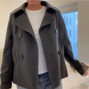 (Lånade bilder) säljer denna jacka ifrån hm. Helt slut spld! Den är i super bra skick! Dne är strl 34 men passar för s/m som jag!❤️