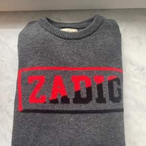 En grå Zadig tröja. En blandning av typ Cashmire. Köpt i Spaniens Zadig Butik för 1200kr. Har andvänt några få gånger. Sänker priset till 600!