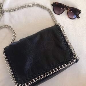 Säljer denna tiamo väska. Fint skick och använd fåtal gånger⚡️🖤 buda gärna privat.