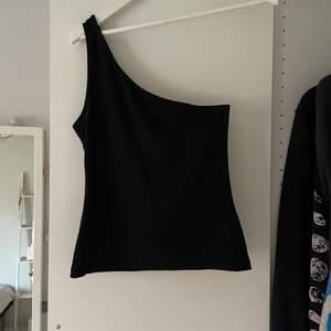Svart enkel och snygg one shoulder topp från Cubus i storlek M. Säljer för 30kr plus frakt 45kr.