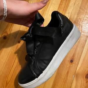 En svart sko med lite göre sula och tjocka snören som sjävklart går å byta ut om man har nå andra snören. Stolek 37📦  180kr plus 100kr frakt alltså 280kr allt som allt