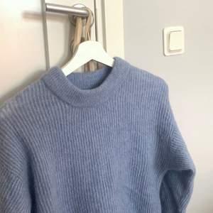 Stickad tröja i alpaca blend, inte nopprig då den vara är använd 2-3 gånger. Kan skicka mer bilder :)