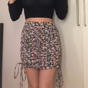 Säljer nu min favorit kjol till sommaren, storlek 32 från Boohoo, 100kr + frakt💖