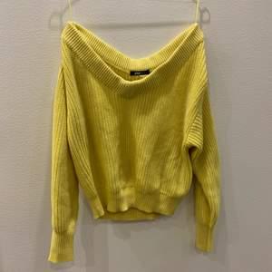 En gul stickad tröja från Gina tricot i storleken S.