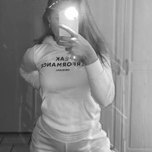 En vit peak performance hoodie från barn avdelningen i storlek 140. Jag är 153 och den passar mig.🤍🤍