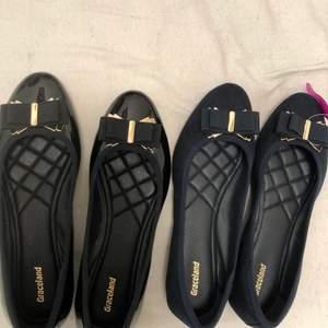 Ballerina skor ett par i svarta och ett par i marin blå i mocka. Dem båda är oavmvända och är i strl 38 men funkar även för 39. Dem var köpta tillsammans för 550 kronor och säljs för 400 kronor. Vill man köpa en av de blir det endast 200 kr !