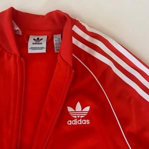 Säljer min fina Adidas kofta i TOPP skick! Den är endast använd fåtal gånger och är precis som ny. Köpte den i Italien och passar storlek S-M. BUDA INTE ner priset. Säljer den pga den inte är min stil🌷 hör av er om ni har några frågor.