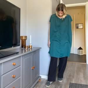 Oversized topp/klänning. Du kan använda den som du känner för. Den är använd men i superfint skick. Det är storlek XS men den är extremt stor i storleken så den passar XS-L. FRAKT ÄR INKLUDERAT I PRISET⚡️⚡️