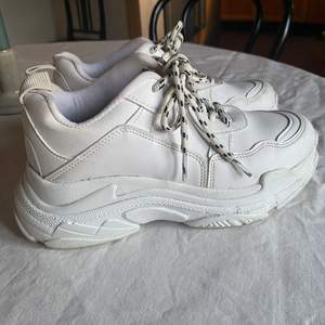 Vita sneakers med hög sula från Nelly!! 🤍                         Använda fåtal gånger, ett litet märke på ens insidan.