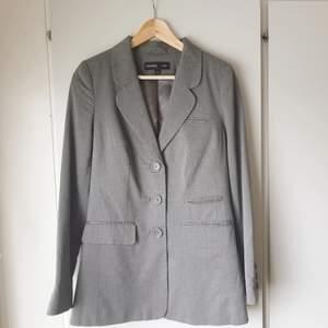 🧚♀️FÖRST TILL KVARN!🧚♀️ Längre kavaj i mild grå färg. Storlek 38 såld, 40 finns kvar🌷 Väldigt elegant och fin. Proffisionellt att dyka upp på ett möte eller bara för att se classy ut😍 En must-have garderob stämpel✨ Säljer: 160 + frakt