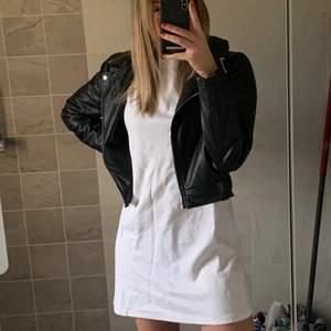 En oanvänd vit T-shirt klänning ifrån zara i strl M. Inte alls genomskinlig och jätte bekväm till sommaren eller till en najs skinnjacka. Nypris ca 350kr. Skriv för fler bilder