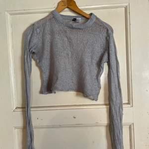 Grå, genomskinlig tröja. Har fått den i present så vet inte riktigt var den är köpt men tror H&M. Storlek S och väldigt skön men är helt genomskinlig så kräver en tröja eller liknande under. Ärmarna är utsvängda neråt. Säljer pga inte riktigt min stil. Endast använd 2 ggr & är i toppskick.