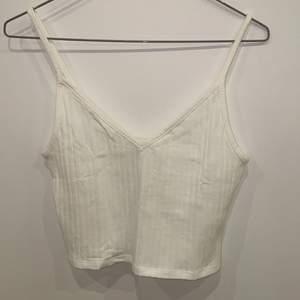 Säljer detta super söta vita linne då det var lite för stort för mig. Linnet är aldrig använt. Köparen står för frakt eller kan mötas upp i Uppsala. Skriv vid intresse.