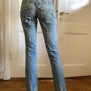 Asballa lowrise jeans ifrån True Religion som tyvärr blivit för korta för mig, jag är 177. Köptes second hand med dessa slitningar och hålet på knät så jag antar att det ska vara en fin detalj vilket jag verkligen tycker det är! Storlek 25 men skulle säga att dom passar en 26 också. Ena bälsteshållaren har släppt men går lätt att sy fast igen (se bild 3). Säljer för 300kr, först till kvarn gäller! Hör av er privat för frågor eller fler bilder💕💕