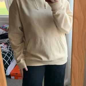 Säljer denna hoodie i storlek M men skulle säga att den är väldigt lång för sin storlek. Köpt på lager 157 köparen står för frakten. Frakt kan variera