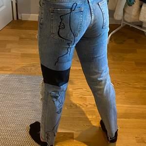Super coola straight jeans med ballt tryck på backsidan av ena benet! samt hål vid knäna i storlek 34/36🥰🥰 vi flera intresserade blir det budgivning