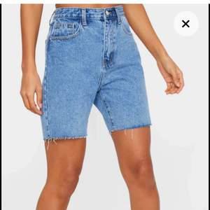 Säljer dessa sjukt snygga jeans shorts ifrån pretty little thing! Helt nya med lappen kvar! Ligger dessutom kvar i påsen de kom i! Säljer på grund utav att jag köpte fel storlek. I storlek 8 men motsvarar 34-36