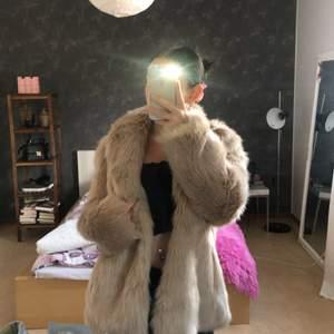 Säljer denna snygga jacka som endast är använd 1 gång, de är storlek 34 men passar även 36! Man kan knäppa den. Köparen står för frakt 💓