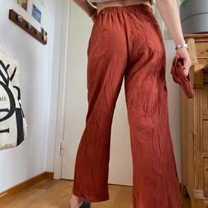 Dessa byxor är ett perfekt blend av bomull och linne, mjukt och skönt. Byxorna har elastisk band i midjan och passar därför många olika storlekar xs/s/m