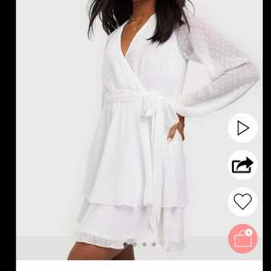 Jättefin oanvänd klänning som passar perfekt till skolavslutning eller student! Hittade en annan klännning att ha så denna är helt Oanvänd och lapparna sitter kvar! Köpt för 500kr men säljer för 250kr+frakt!