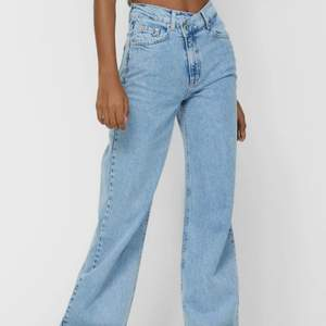 Säljer mina superfina jeans från Stradivarius!! De har inte riktigt kommit till användning då de är för stora för mig :( Skulle ni vila ha mer bilder är det bara att höra av er 😇❤️ De här jeansen är väldigt stora på tiktok och kommer definitivt trenda ännu mer i sommar <3