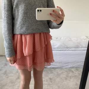 Säljer denna såå snygga volangkjol i en jättefin rosa färg. Den passar perfekt att ha nu på våren men också på sommaren. Den är ifrån Abercrombie & Fitch och går inte att köpa längre. Den är i väldigt fint skick då jag har använt den fåtal gånger💓☺️🙌🏼💋😍