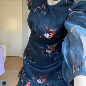 Superfin klänning från By Ti Mo, har en sminkfläck som inte syns (privat för bilder) när man har på sig klänningen. Frakten står föraren för 🥰