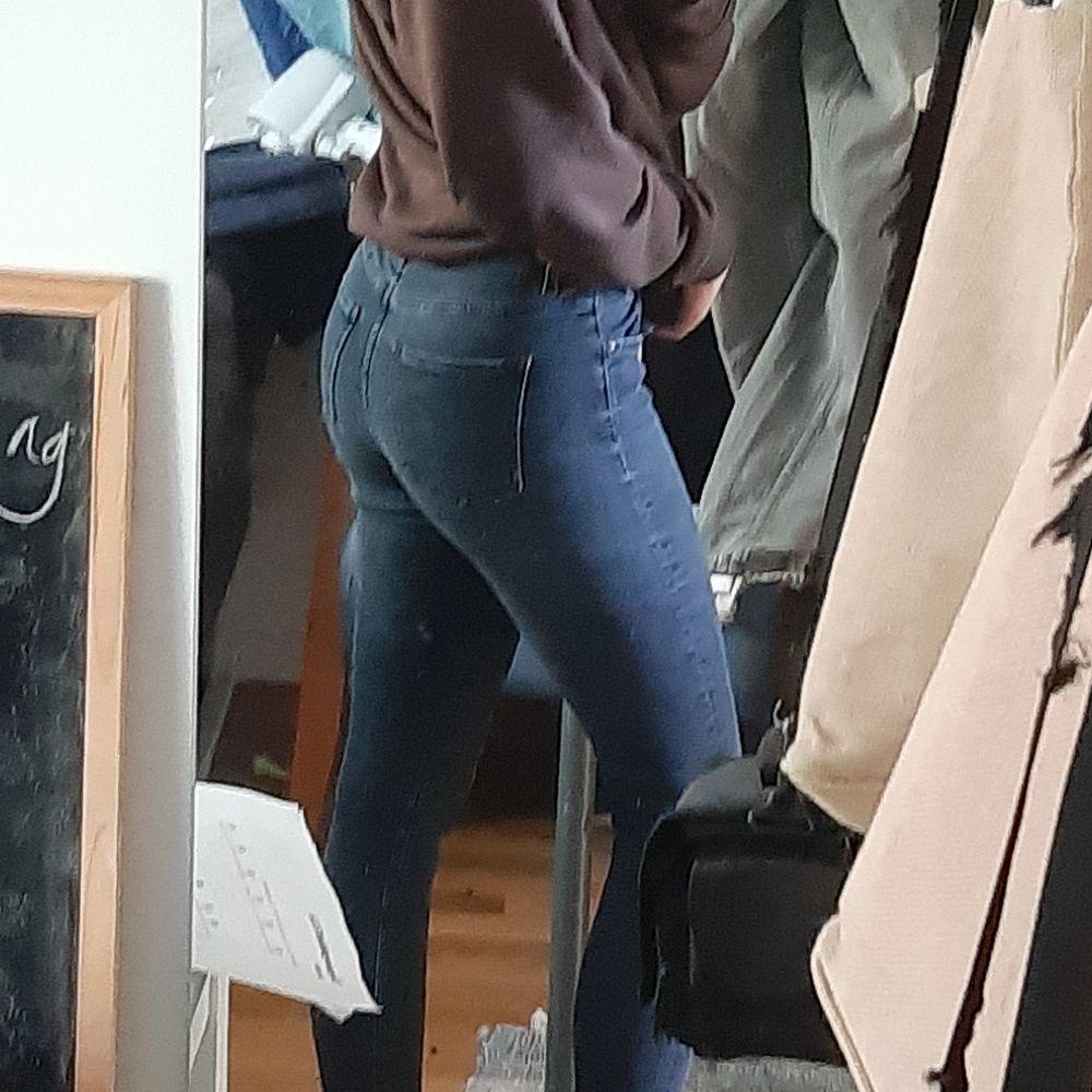 Sjukt sköna jeans från Acne Studios i stretchigt material. Slim fit / Skinny fit som följer benens form. Storlek 25/32. I väldigt bra skick förutom ett litet hål vid sidan som knappt är märkbart. (Skriv privat för bild.) Säljer då de inte riktigt är min stil och de kommer aldrig till användning.                                                           ‼ Köparen står för frakt och pris kan diskuteras ‼        - Är även öppen till byten. . Jeans & Byxor.