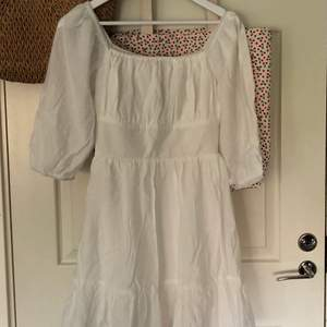 Vit klänning perfekt till skolavslutning, student och konfirmation💓 säljer då jag har en liknade, aldrig använd