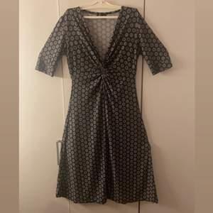 Jätte gullig klänning köpt utomlands! Den har ingen storlek men har för mig att den är en 36/38 (ganska elastisk också)