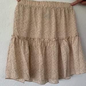 Jättefin sommarkjol från SHEIN som tyvärr var för liten.. Såklart helt oanvänd! Själva kjolen är jättefint gjord och inget att klaga på! 50kr plus frakt:) Skriv för mer info och bilder🥰