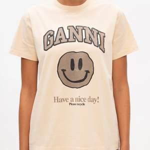 Söker denna ganni t-shirten i antingen st Xs eller S. Gärna ett bra pris och skick. Hör gärna av dig till mig ifall du säljer denna 😊🥰