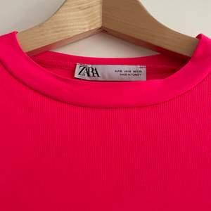 En neonrosa tshirtklänning från zara, asfin på sommaren när man e brun🦋💖