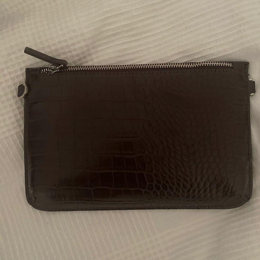 Skulle säga en fin plånbok som får in det mesta. Tycker det är fint om man ska ha de till specifika tillfällen och vilja ha sina grejer i. Märkte är Carin Wester och i väldigt fint skick . Accessoarer.