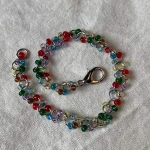 ✨Handgjort armband med glaspärlor i olika färger ✨ Görs i önskad längd ✨ 40kr styck ✨