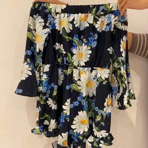 Blommönstrad sommar dress (med shorts). Kan antingen bäras offshoulder eller med lätt urringning. Jätte fin till sommaren och lätt att röra sig i när det är varmt (t.ex vid varma resor). Passar flera storlekar beroende på hur man vill att den ska sitta (34-38). Säljer för 90💕