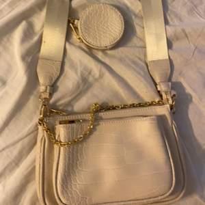 Väska från new yorker i vit beige färg med guld kedjor på