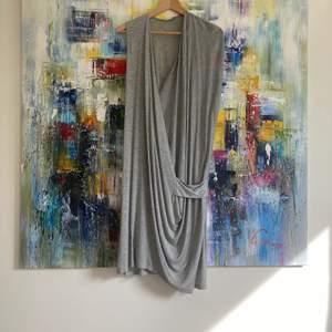 Gråmelerad klänning från Acne, stl L. Aldrig använd, bara provad. 100 % lyocell - så himla mjuk och skön! Observera att bild 2 är en prodktbild - färgen på klänningen är GRÅ! På mig som är 176 cm lång är längden ungefär till knäna.