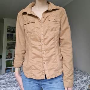 Skjorta i mocka imitation från H&M, köpt secondhand men aldrig kommit till användning, i bra skick!