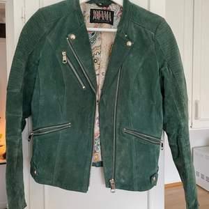 Mockajacka från Jofama i schysst grön färg. Jackan har storlek 34 med en figurnära modell. Jättefint skick och väldigt bra kvalitet med tanke på märket!