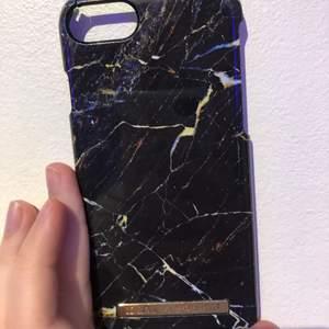 Ett jättefint Mobil-Skal från Ideal Of Sweden! Nypris: 299:- Säljer nu för 169kr pga att den har fått en liten spricka vid hörnet. annars hade jag sålt den för 230kr :) Säljer också för att jag har köpt nya skal som jag gillar bättre. Och kommer då inte använda denna mer. Detta Skal är då för Iphone 8. Sen vill jag att den ska få ett bättre hem. Kan Posta och Mötas Upp. Frakt-Kostnaden kan du bestämma mellan 66kr (med spår) eller 13kr (utan spår) Du får helt enkelt välja det som känns bäst!❤️