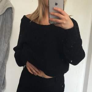 Svart kort stickad tröja med off shoulder från Gina Tricot