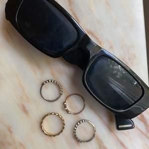 Dessa jätte fina solglasögon med inspiration från 2000 talet ✨😍 Köpt dessa från Shein som kostade 50 kr hos shein. Inga repor eller sånt på dom , ser helt nya ut! (Swipa för att se hur glasögonen såg ut från SHEIN)