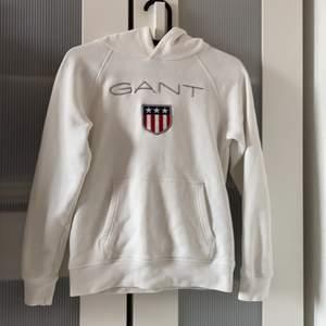 En vit Gant hoddie.