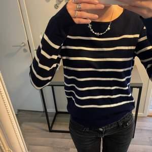 marinblå randig tröja jag köpt secondhand! var dock helt ny med lappar kvar när jag köpte den och endast avvänd ett fåtal gånger av mig💙⚡️färgen är rättvis på sista bilden