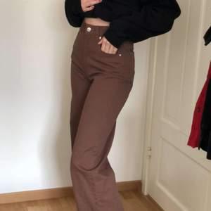 Säljer mina fina bruna jeans som är oanvända, prislappen är kvar. Sitter väldigt fint, vida nertill och högmidjade🤎 Funkar bra som en 32 också🤎🤎 Lägger ut igen pga oseriös köpare