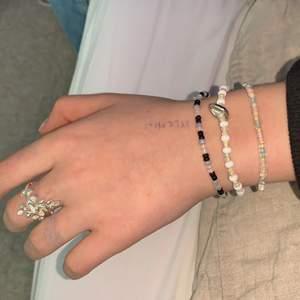 5 guldarmband & ett silver. Ett guldarmband för 12kr + frakt eller alla för 80kr ink frakt. Ett silverarmband (äkta silver) för 50kr + frakt. Ett pärlarmband för 17kr + frakt eller alla för 40kr + frakt.