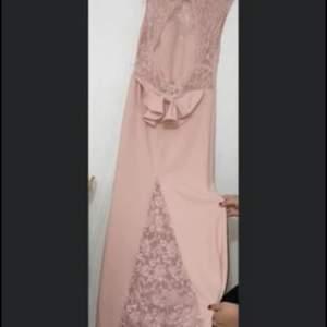 Säljer en helt ny festklänning för 1500kr. Den är storlek M. Dma vid intresse
