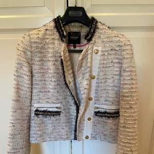 Jättefin jacka från Juicy Couture inköpt på NK för flera år sedan. Storlek M men passar en S också om man vill ha den lite over sized. Jättefint skick!